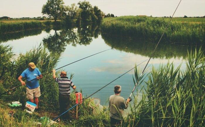 Memancing di danau alam ciranca salah satu kegiatan paforit pengunjung di wanawisata ciwaringin.
