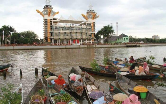 Pasar apung di Kaki Menara Pandang anjarmasinmemebrikans entuhan kemanusiaan kepada suasana pantai jodoh