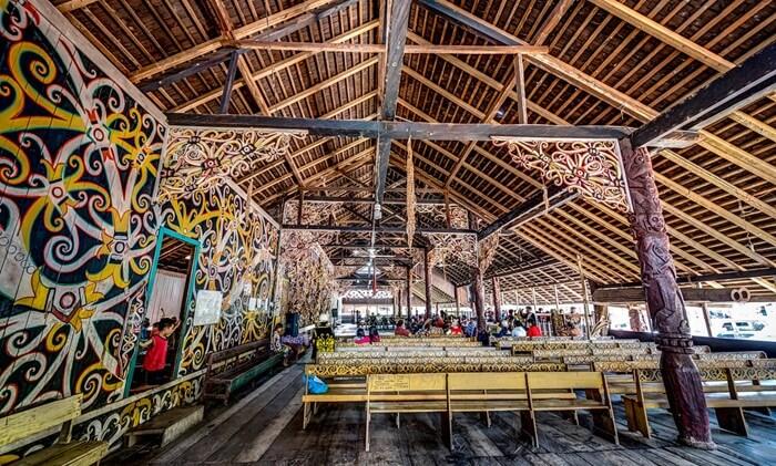 ornamen tradisional rumaha dat lamin di desa budaya pampang