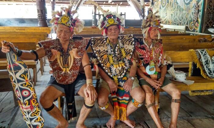 para warga senior di desa budaya pampang ikut menjaga peradaban dayak
