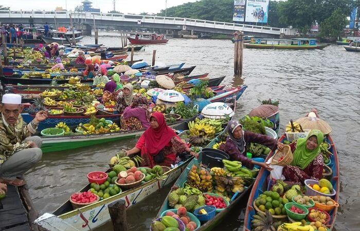 Pasar terapung di dermagas ekitar pantai jododhs elalau ramai pleh penjual dan pembeli