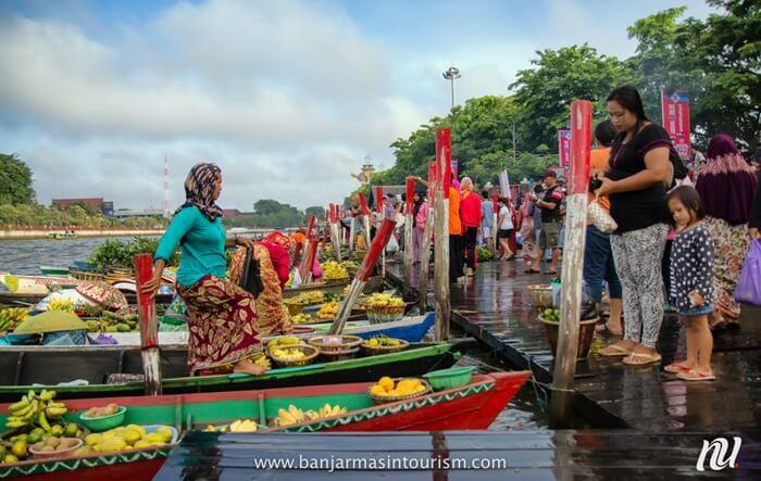 Pasar terapung di dermaga pantai jodoh memebrikans uasana berbeda dan otentik pada suasana taman ini.