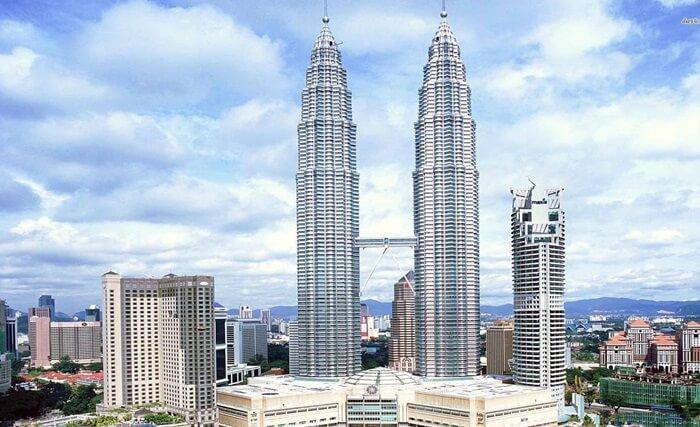 Menara kembar Petronas telah menjadi salah satu tempat wisata di kuala lumpur paling populer
