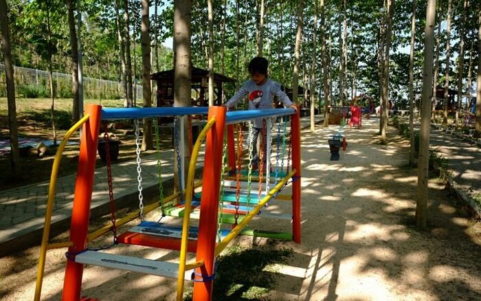 playground bukit dhoho indah memebrikan ruang anak untuk ikut bergembisa di taman wisata indah ini