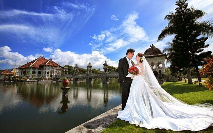 fota pre wedding kerap mengambil lokas ditepi kolam kolam indah taman ujung sukasada