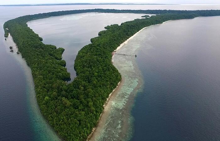 pulau kakaban terlihat unik berbentuk kacamata dnegan lensa berupa danau payau