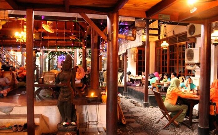 House of Raminten kuliner jogja dnegan desain seperti makan saat bertamu ke rumah teman