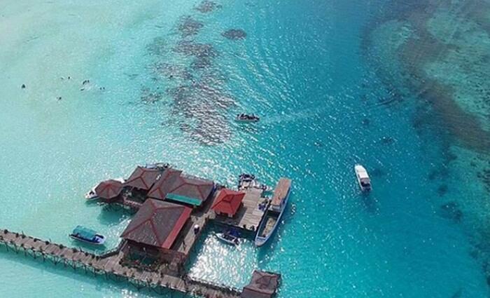 Resort apung di pulau maratua memebrikan kenangan etrsedniri ketika menginap di pulau ini
