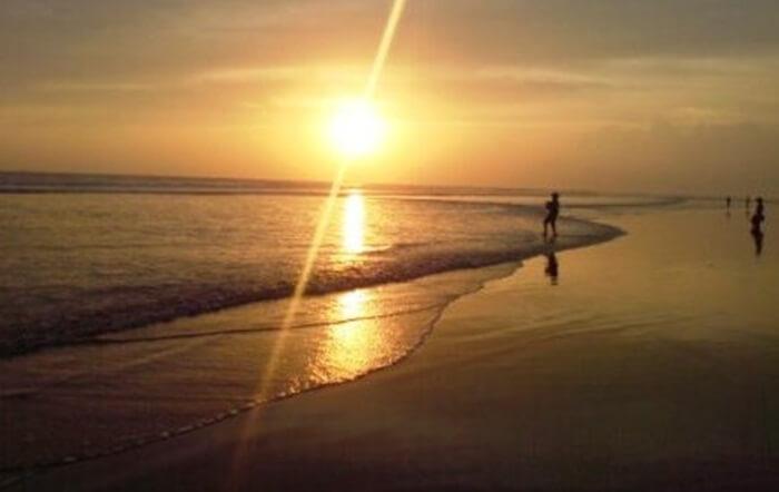 Senja di pantai Sekerat memebrikan kesan romantis efek dari pantainya yang landai dan panjang