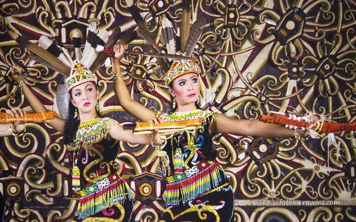 tari Pebekatawai sebagai ucapan selamat datang dalam budaya dayak sering dipentaskan pada desa budaya pampang