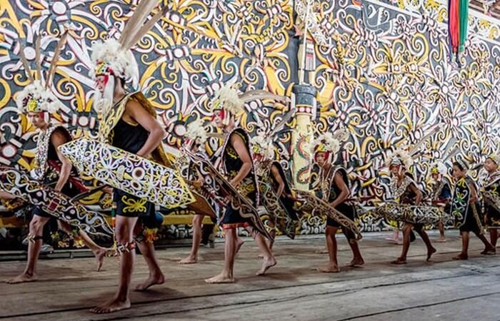 tari perang, salahs atu tarian tradsional dayak yang sering dipentaskans etiap hari minggu di desa budaya pampang
