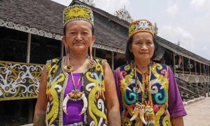 telinga panjang masih menjadi tradisi masyarakat adat di desa budaya pampang