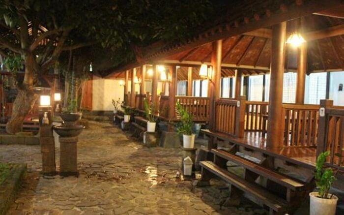 warung apung rahmawati dengan konsp restoran terbuka di atas kolam