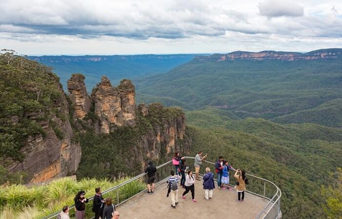 tempat wisata di New South Wales berupa taman nasional yang luasnya sekitar 11400 km persegi. Disebut Blue Mountains, karena ada banyak pohon gum yang memijar kebiru-biruan.