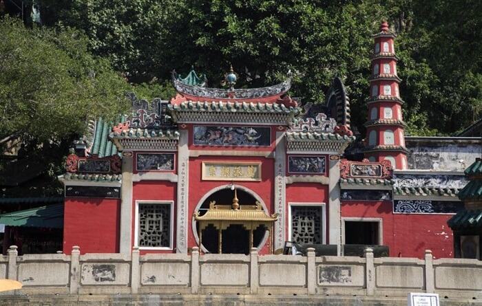 Kuil tempat wisata di Macau ini terdiri dari ruang berdoa, paviliun dan halaman yang dibangun di bukit berbatu