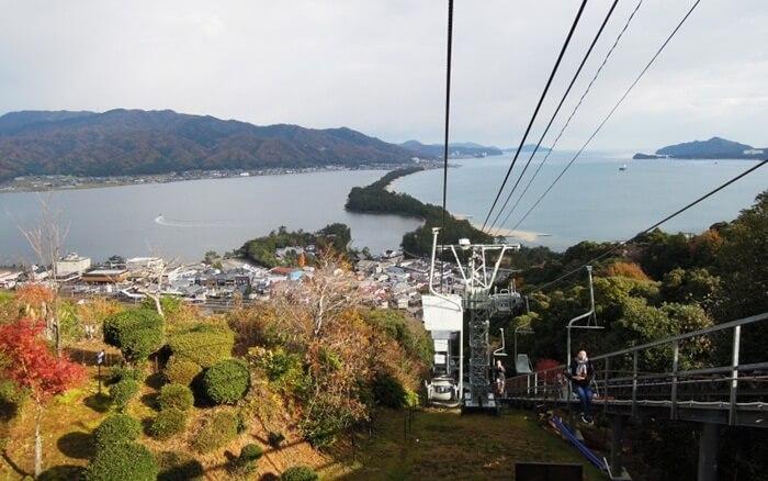 """tempat wisata di kyoto Amanohashidate Sandbar memiliki arti """"Jembatan di Surga"""", sebuah area di pesisir pantai yang bentuknya menyerupai jembatan."""