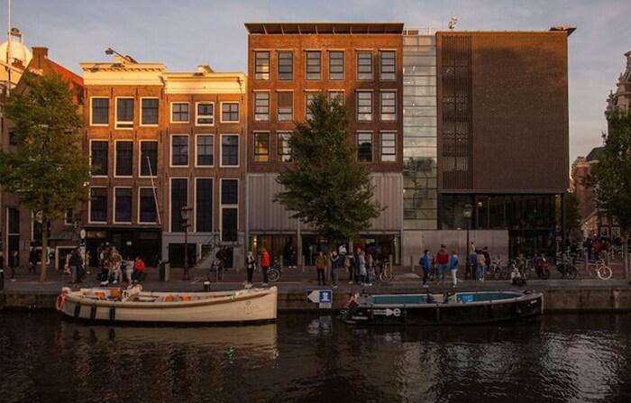 Rumah tempat wisata di Amsterdam ini adalah rumah yang sebenarnya, di mana keluarga Anne bersembunyi selama Perang Dunia II.