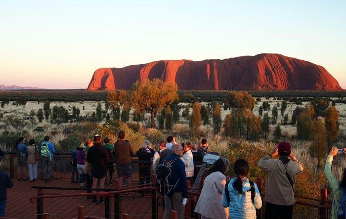 Kegiatan menyenangkan sekaligus romantis di tempat wisata di Australia ini adalah makan malam di gurun pasir.
