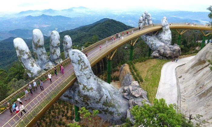 tempat wisata di Vietnam ini berupa Sebuah gunung setinggi 1.487 meter di atas permukaan laut menjulang di sisi barat Kota Da Nang,