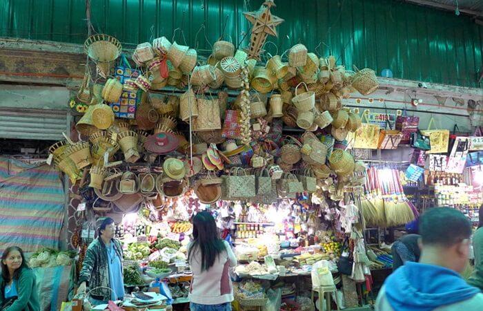 Di pasar tempat wisata di Filipina ini buah-buahan segar dijual dengan harga yang sangat masuk akal serta sayuran segar seperti selada, kol, dan kembang kol.