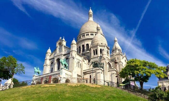 Basilika tempat wisata di Perancis ini terletak di puncak bukit dan menjadi titik tertinggi ketiga setelah menara Eiffel dan Mantparnasse Tower.