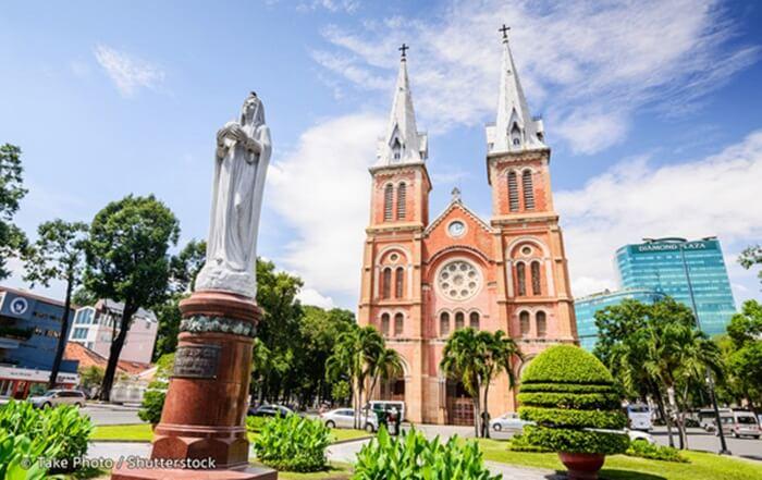 Tempat wisata di ho Chi Minh ini memiliki patung Bunda Maria di dalamnya dan menara lonceng raksasa.