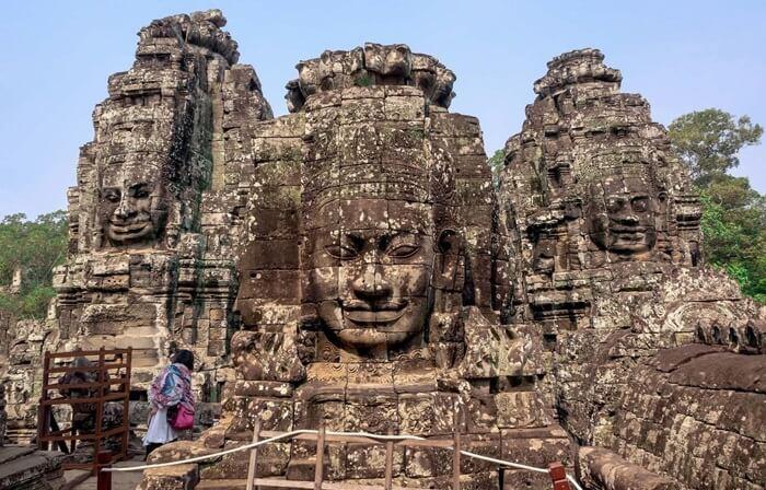 Patung-patung wajah di tempat wisata di Kamboja ini ditempatkan di masing-masing titik mata angin