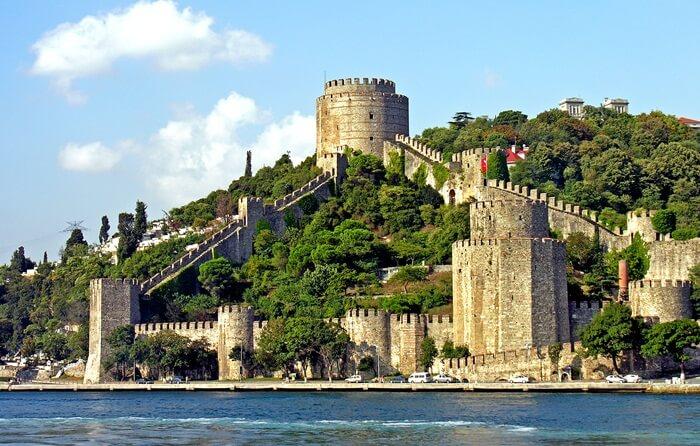 Benteng tempat wisata di Turki ini memiliki 3 menara utama yang masing-masing di namakan sesuai dengan nama tiga orang pengikut setia sultan mehmet II