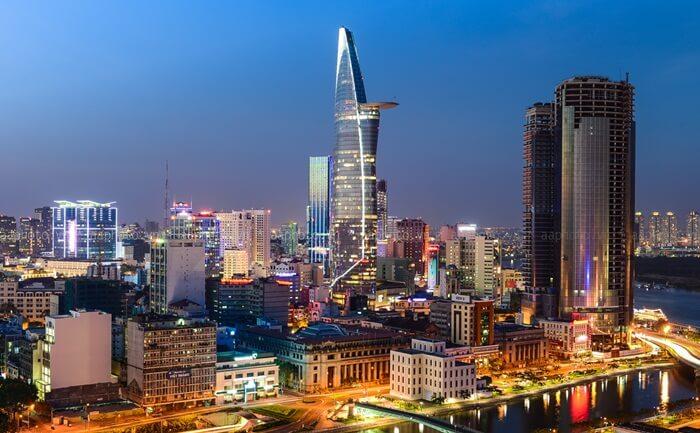 pengunjung tempat wisata di Ho Chi Minh  ini naik menuju Saigon Skydeck di lantai 49 gedung Bitexco Financial Tower untuk menikmati pemandangan kota Ho Chi Minh dari atas.