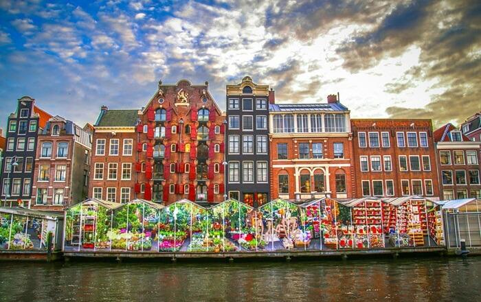 Di tempat wisata di Belanda ini pengunjung bisa menjumpai hampir semua jenis bunga, termasuk bunga khas Belanda yaitu Tulip yang ada dalam berbagai warna.
