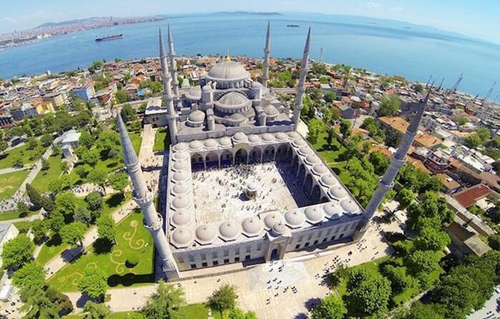 Di bagian luar mesjid tempat wisata di Turki ini terdapat  6 menara tinggi, yang di zaman dahulu menjadi tempat muadzin mengumandangkan adzan.