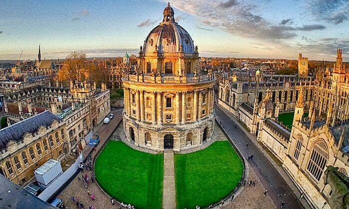 tempat wisata di Inggris Bodleian Library adalah perpustakaan riset utama Universitas Oxford. Tempat wisata di Inggris ini adalah salah satu perpustakaan tertua di Eropa dan di Britania Raya