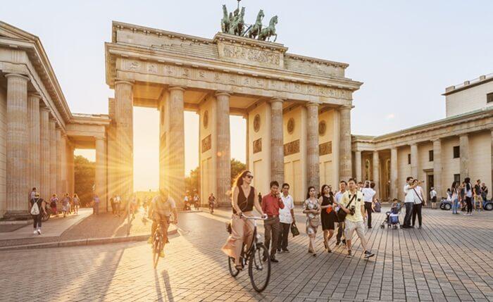 Tempat wisata di jerman Brandenburg Gate terletak di sebelah barat alun-alun Pariser Platz, Persimpangan Unter Den Linden dan Ebertstrabe.