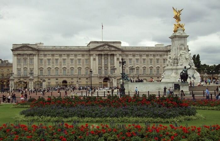 Istana Buckingham atau Buckingham Palace adalah istana termegah di Inggris yang menjadi kediaman resmi ratu Inggris