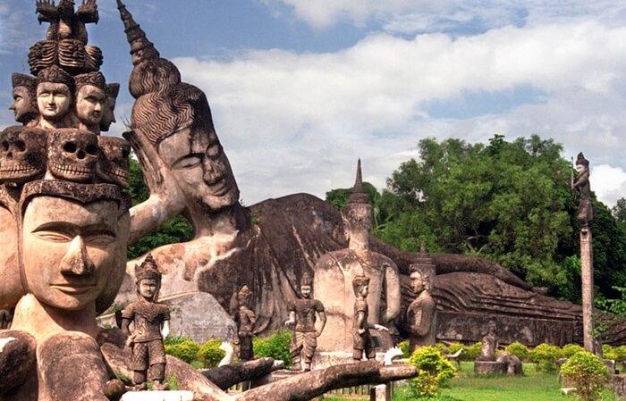 Patung di tempat wisata di Laos Buddha Park, termasuk Buddha berbaring sepanjang 40 meter dan Dewa Indera di atas Gajah berkepala 3.
