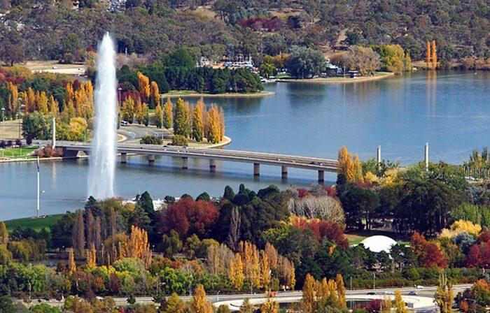 danau tempat wisata di Canberra ini tidak cocok untuk berenang, hanya bisa digunakan untuk olahraga dayung, layar atau sekedar memancing ikan.