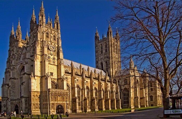 Katedral tempat wisata di Inggris ini sendiri dipandang sebagai sebuah mahakarya dan contoh yang bagus dari arsitektur Gotik dan Romawi. Jendela-jendela kaca patri yang dikenal sebagai Katedral telah ada sejak abad ke-12