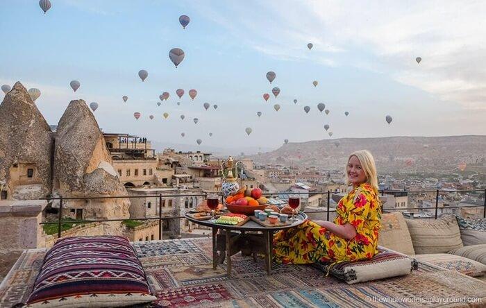 Pemandangan lembah, ngarai, dan juga perbukitan mendominasi tempat wisata di Turki ini.