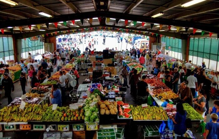 Caribbean Gardens dan Market, adalah tempat wisata di Melbourne berupa pasar tradisional gaya Australia yang  terletak di kawasan 1.280 Ferntree Gully Road, Scoresby, Victoria.