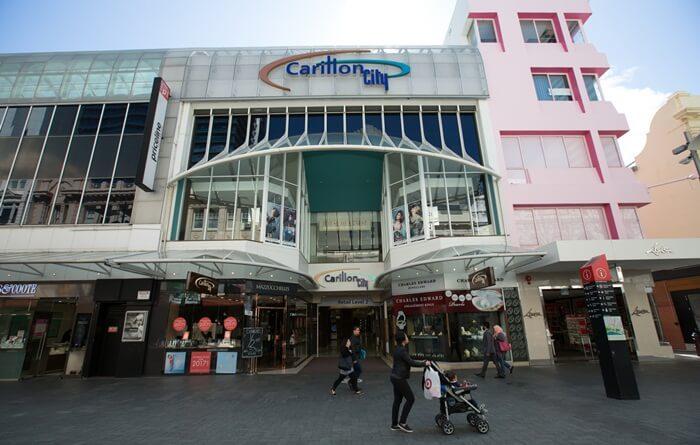 Tempat wisata di Perth ini Ini terhubung ke St Georges Terrace dengan cara akses melalui Trinity Arcade dan sebuah arcade di bawah Hay Street Mall.