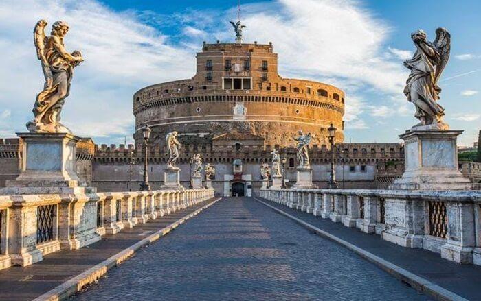 tempat wisata di Italia Castel Sant'Angelo sendiri terletak di tepi kanan sungai Tiber. Dibangun sekitar tahun 134 Masehi. Bentuknya memang unik, seperti  bulat dan silinder.