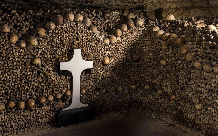 Unutk melindungi situs tempat wisata di Paris ini, pemerintah Kota melarang adanya bangunan-bangunan besar dibangun di atas area The Catacombs.