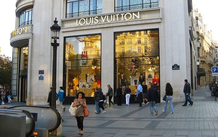 sepanjang jalan tempat wisata di Paris ini berjajar toko toko kelas atas, antara lain Anne Fontaine, Cerruti, Cecilia Gilli, Zara, H&M, Banana Republik, Agatha, Bulgari, Cartier, dan BCBG Max Azria