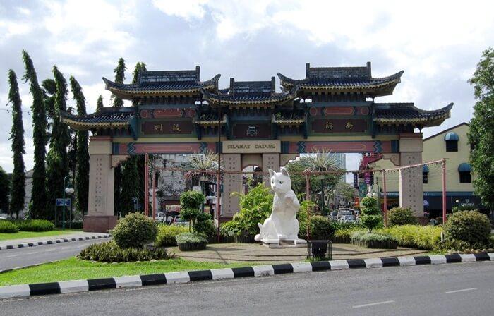 tempat wisata di kuching ini memilki kelenteng-kelenteng ber-atap dengan nuansa oriental