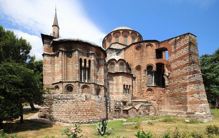 Hampir semua hiasan interior  tempat wisata di Istanbul ini berasal dari sekitar tahun 1320. Salah satu mosaik museum yang paling indah, ditemukan di atas pintu nave di narthex bagian dalam, menggambarkan Theodore yang menawarkan gereja kepada Kristus.