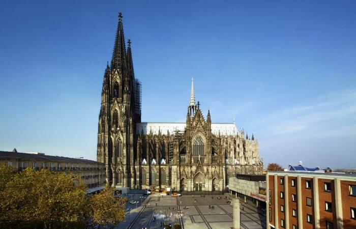 Layaknya ciri khas bangunan gotik, katedral ini pun berbentuk tinggi mengerucut dengan puncak yang runcing