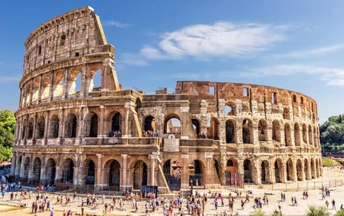 Colosseum menjadi salah satu tempat wisata di Italia terpopuler. Bangunan ini dianggap karya terbaik dari warisan arsitektur Romawi kuno.