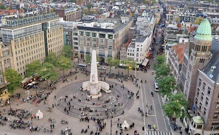 Dam Square dalah satu tempat wisata di Belanda yang terletak di pusat sejarah kota Amsterdam, sekitar 750 meter dari pusat transportasi utama stasiun Amsterdam Centraal.