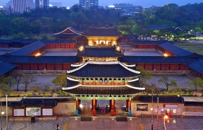 Selain bangunan istana tradisional tempat wisata di Seoul ini juga memiliki taman hutan, patung Raja Sejong Agung dan Museum Seni Nasional, yang menyelenggarakan pameran khusus