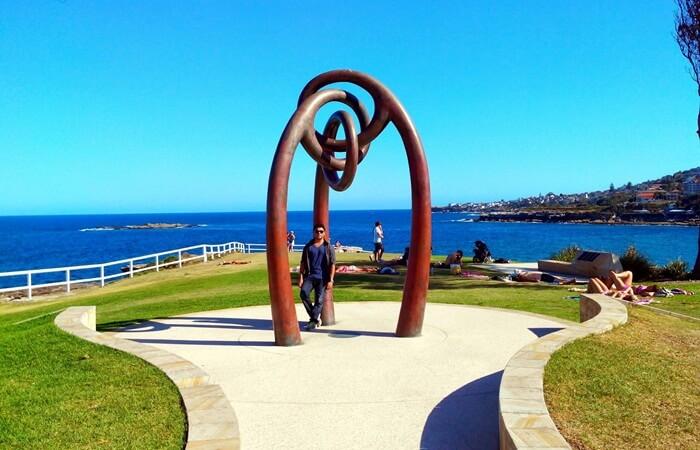 Menjelajahi area sekitar pantai tempat wisata di Sydney ini dengan berjalan kaki menjadi hal yang menyenangkan.